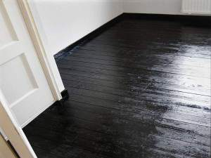 Floor painted black. (found on onlive gallery)